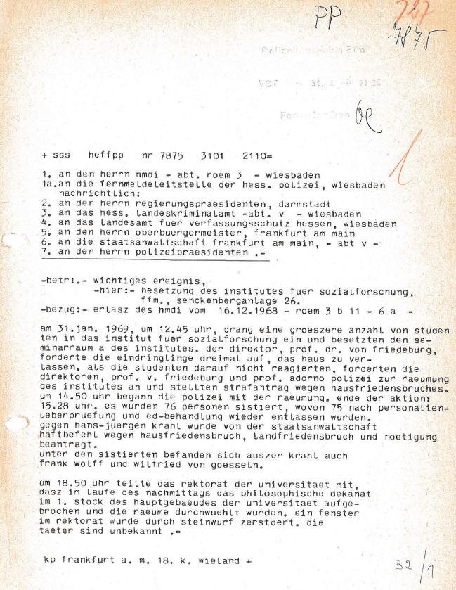 Adorno im Verlauf der Räumung des Instituts für Sozialforschung am 31.01.1969
